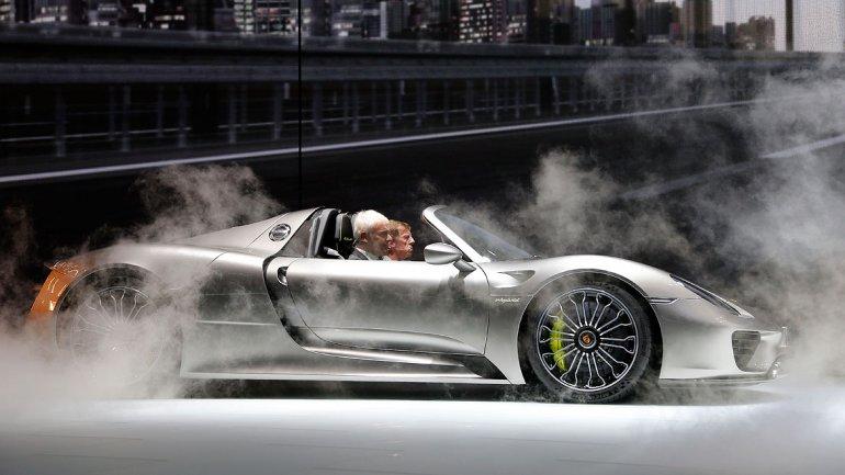 El Porsche 918 Spyder, pionero en tecnología, tiene un motor híbrido enchufable.
