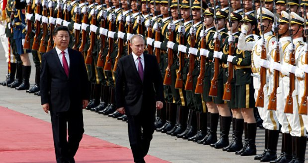 Russian President Vladimir Putin (R) and his Chinese counterpart Xi Jinping attend a welcoming ceremony outside the Great Hall of the People in Beijing, China, June 25, 2016