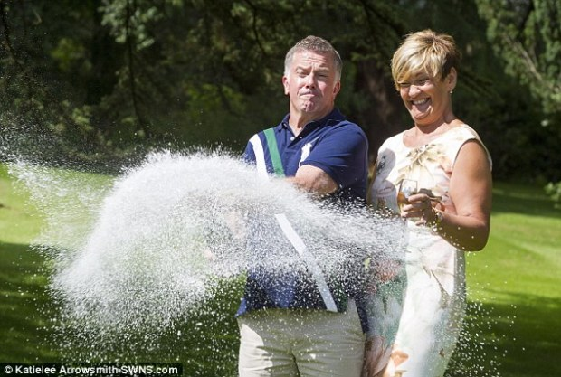 La pareja celebra feliz el premio