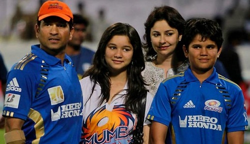 Family photo of the cricket player, married to Anjali Tendulka, famous for his generation.