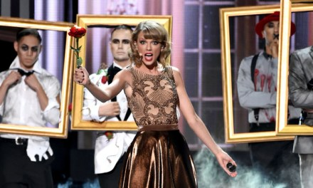 """Taylor Swift Opens the AMAs with """"Blank Space"""" – Watch the Video! #AMAs"""
