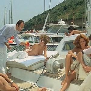 Barbara Bouchet in Spogliamoci cosi senza pudor
