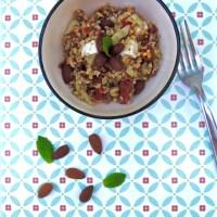 Salade complète (céréales, légumes, cranberries, feta & amandes)