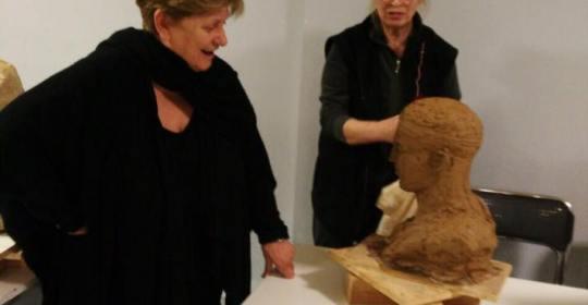 Η Χαρίκλεια Μυταρά στο τμήμα Γλυπτικής του Εργαστηρίου Τέχνης Χαλκίδας