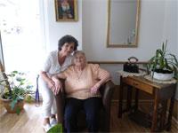 Bewohnerin und Pflegepersonal des Haus Charlotte von Kusserow