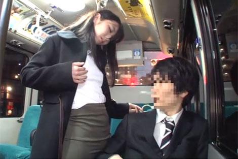服の上から乳首を弄って乗客を挑発
