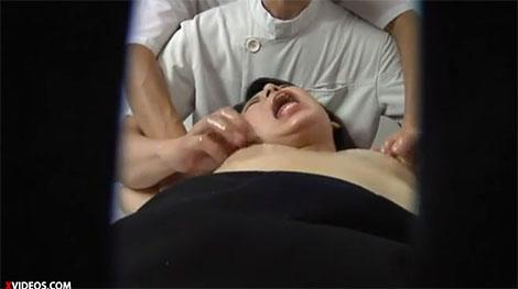 乳首の快感でアクメ寸前のオンナ