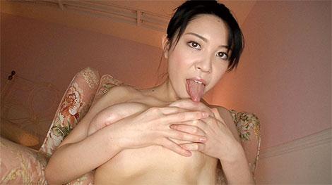 堀北七海さんのセルフ乳首舐め
