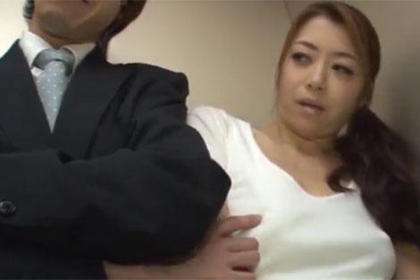 ノーブラ若妻の乳首をカリカリするサラリーマン