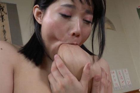澁谷果歩ちゃんの吸引セルフ乳首舐め