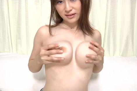 小松悠里さんの乳首オナニー
