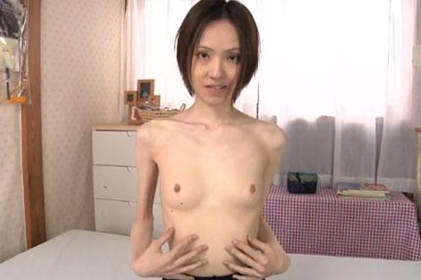 ブラを取ると小さな極小乳首が