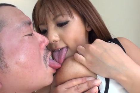 さくら悠さんと一緒に同時乳首舐め
