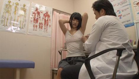 メジャーで胸部を計測するフリをして乳首を刺激