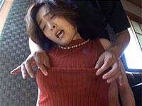変態マゾな母乳ママ園田詩織さんがノーブラニットの上から乳首を激しく責められて悶絶気味