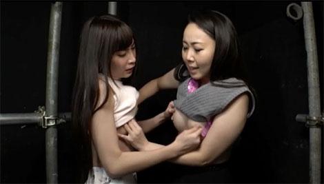 乳首を摘み合う女達