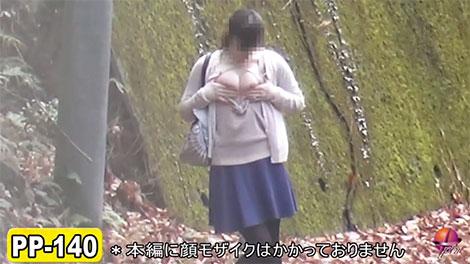 野外で乳首を出す女の子