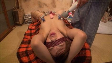 乳首に付けた洗濯バサミを電マで刺激
