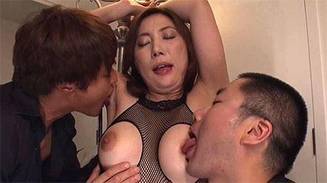 腋と乳首を同時舐め