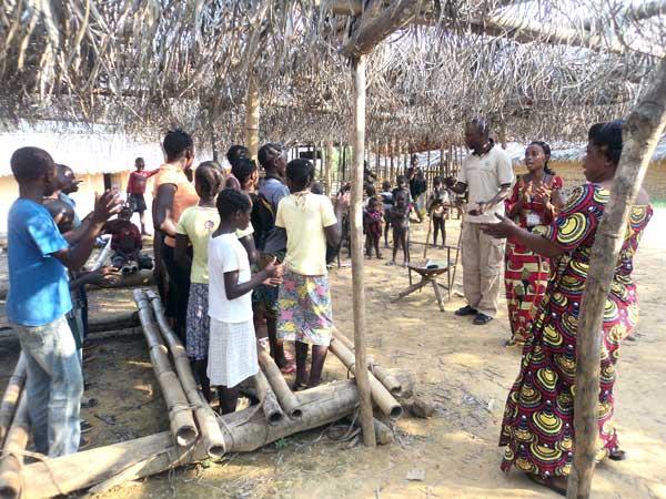 Discussion éducative avec les enfants à Ferekeni