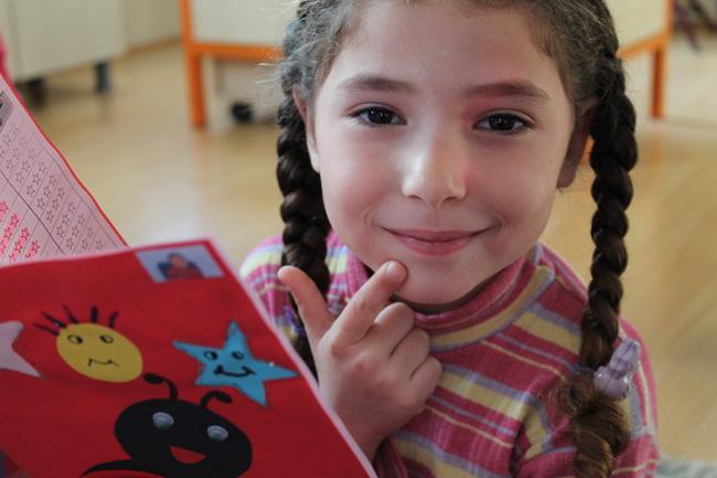 روان ذات الـ 4 سنوات تتلقى أول شهادة رسمية لها من المدرسة التي أنشأتها اليونيسف في تركيا. تريد روان أن تصبح معلمة.
