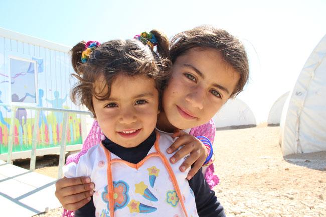 رزان، 9 سنوات، (إلى اليمين) وشقيقتها الصغرى غادرتا سوريا إلى تركيا منذ أكثر من عام بعد أن دُمر منزل العائلة في إدلب بهجوم بالقنابل