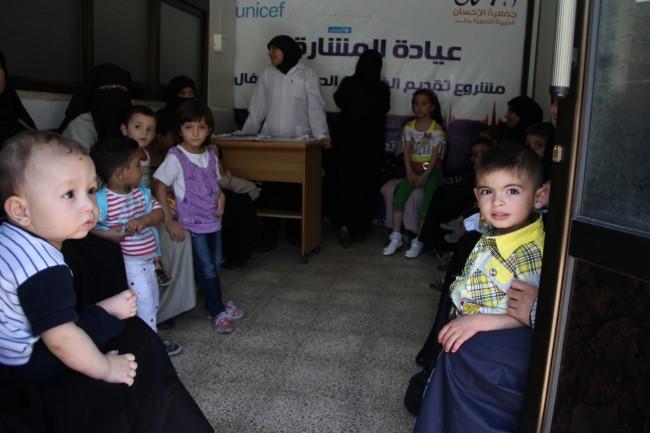 الأمهات مع أطفالهن في غرفة الانتظار في عيادة تدعمها اليونيسيف مدينة حلب. هناك ارتفاع في حالات الإصابة بالأمراض المنقولة عن طريق المياه بين الأطفال دون سن الخامسة، خاصة أولئك المعرضون للخطر