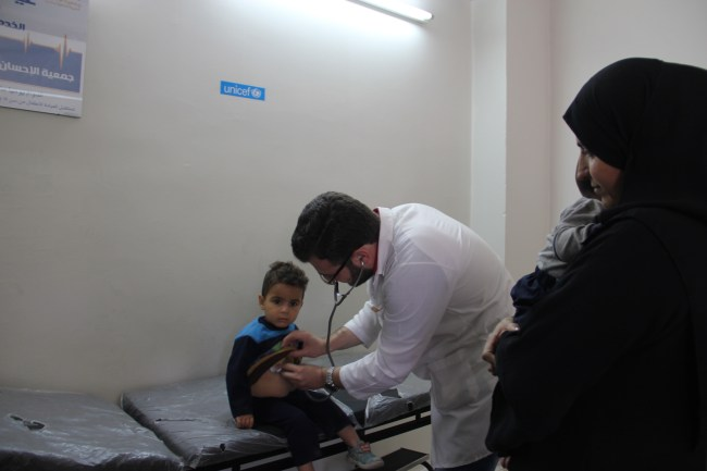 A doctor examines a young child at a UNICEF-supported health clinic in Aleppo city. ©UNICEF/Syria-2014/Rashidi