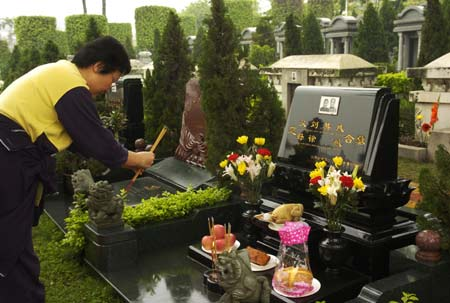 A citizen mourns her relative in a cemetery in Guangzhou, capital of southern China's Guangdong Province, April 4, 2008. The Chinese Qingming Festival, a day two weeks after the vernal equinox, is also called the Tomb-sweeping Day, when Chinese people usually mourn their deceased relatives, pay homage to martyrs and sweep the tombs of the departed. [Xinhua]