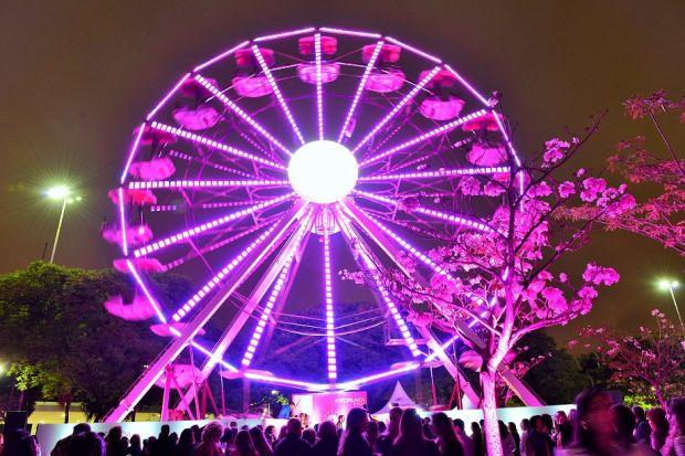 Tradicional roda gigante cor de rosa é instalada no Parque Ibirapuera