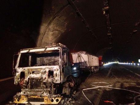 Autocarro in fiamme su A3 nel reggino, traffico provvisoriamente bloccato