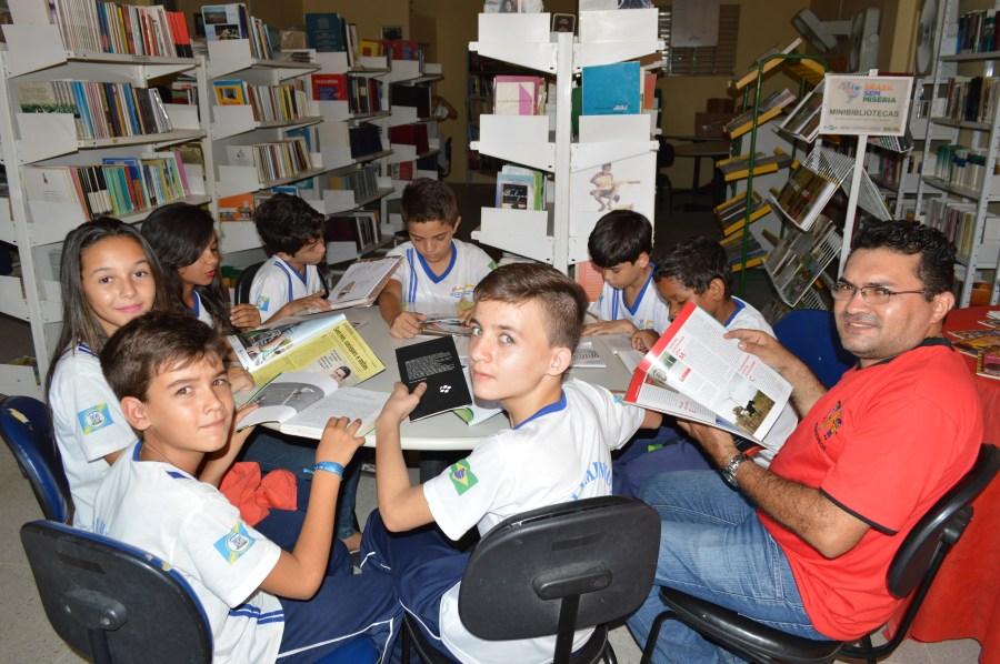 alunos-e-professor-durante-uma-aula-na-biblioteca