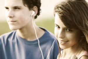 Hábitos de usar diariamente fones de ouvido e frequentar ambientes muito barulhentos têm causado um aumento na prevalência de zumbido nos ouvidos em jovens, considerado um sintoma de perda auditiva, aponta pesquisa