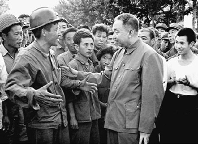 Tangshan, 4 Agosto 1976. Hua Guofeng, il successore prescelto da Mao Zedong, insieme al Vice'Premier Chen Yonggui, vennero in visita a Tangshan per controllare i danni. Hua Guofeng venne fotografato mentre confortava i malcapitati, incoraggiava i soccorritori e dava una mano nei lavori di soccorso. Hua solidificò la sua figura di leader della Cina.