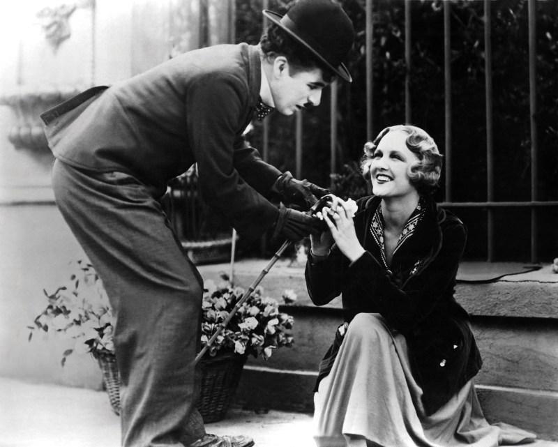 Charlie Chaplin e Virginia Cherrill em cena do filme Luzes da cidade, com roteiro e direção de Chaplin, 1931.