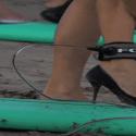 Mujeres surfeando en tacones