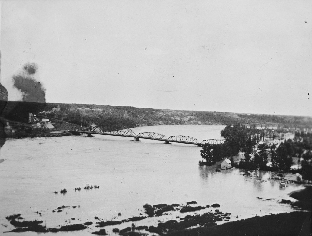 North Saskatchewan River flood, looking south from Jasper Avenue, showing the Dawson Bridge and Fraser Flats (now Riverdale). Image courtesy of the Provincial Archives of Alberta A14030.