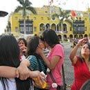 03. Perú: Gays y lesbianas demostraron su afecto como acto reivindicativo ante brutal agresión policíaca