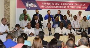 El presidente de la ADP, Eduardo Hidalgo, se dirige a los maestros y maestras