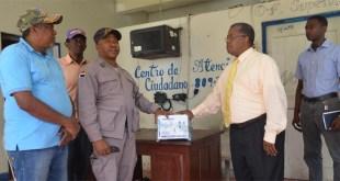 Un oficial de la PN recibe el inversor que le entrega el Director Raúl Mañón