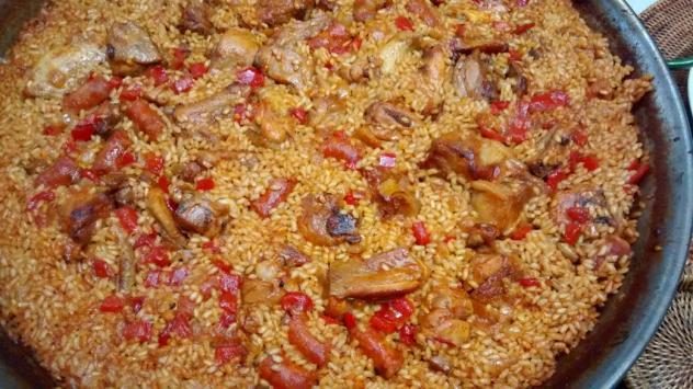 Paella de carne adobada