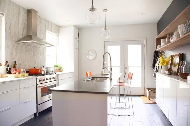 kitchen with marble slab backsplash, black dark quartz counter tops, caesarstone wood floors and a small island