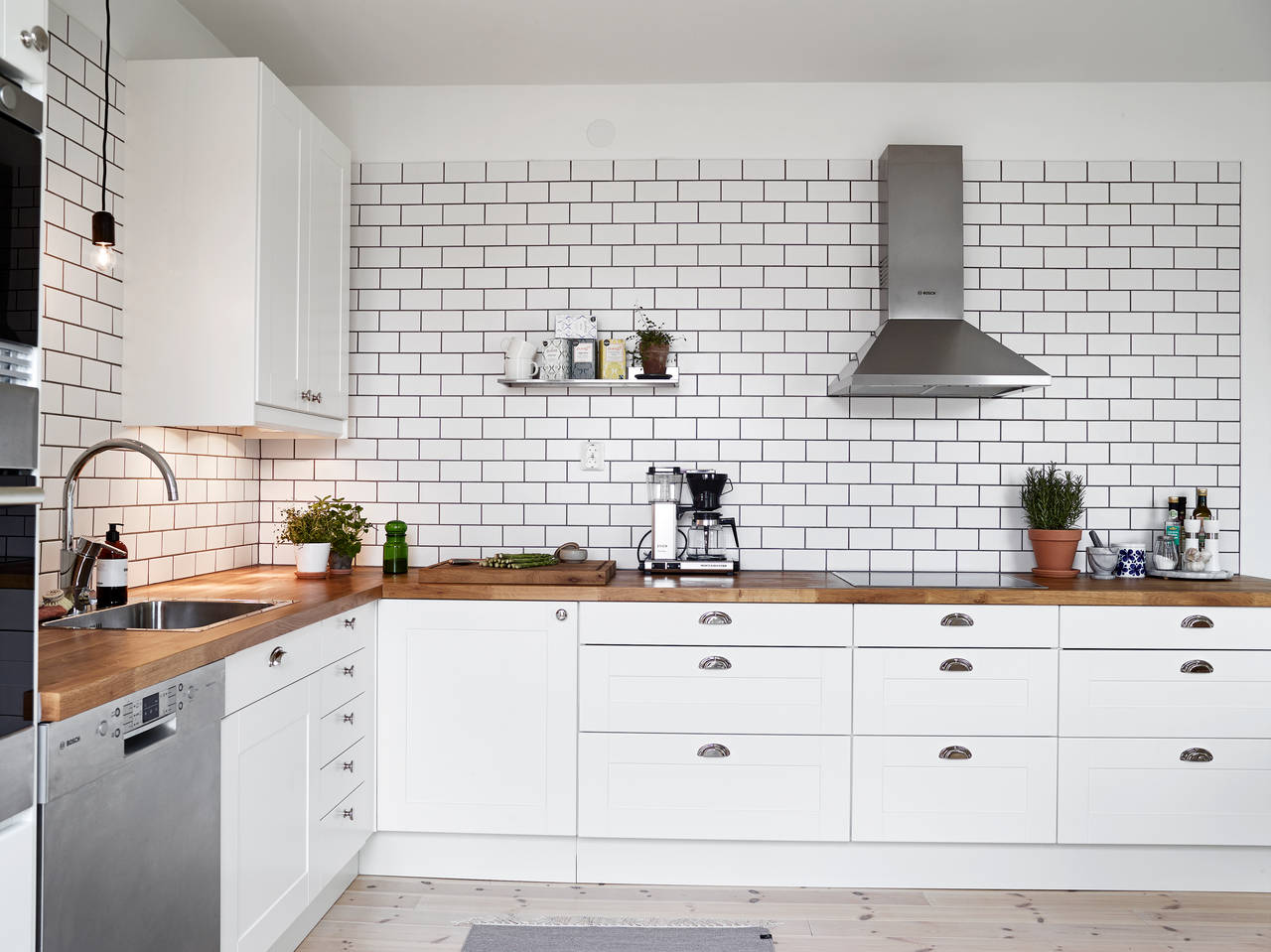 A White Tiles Black Grout Kind Of Kitchen Coco Lapine Designcoco