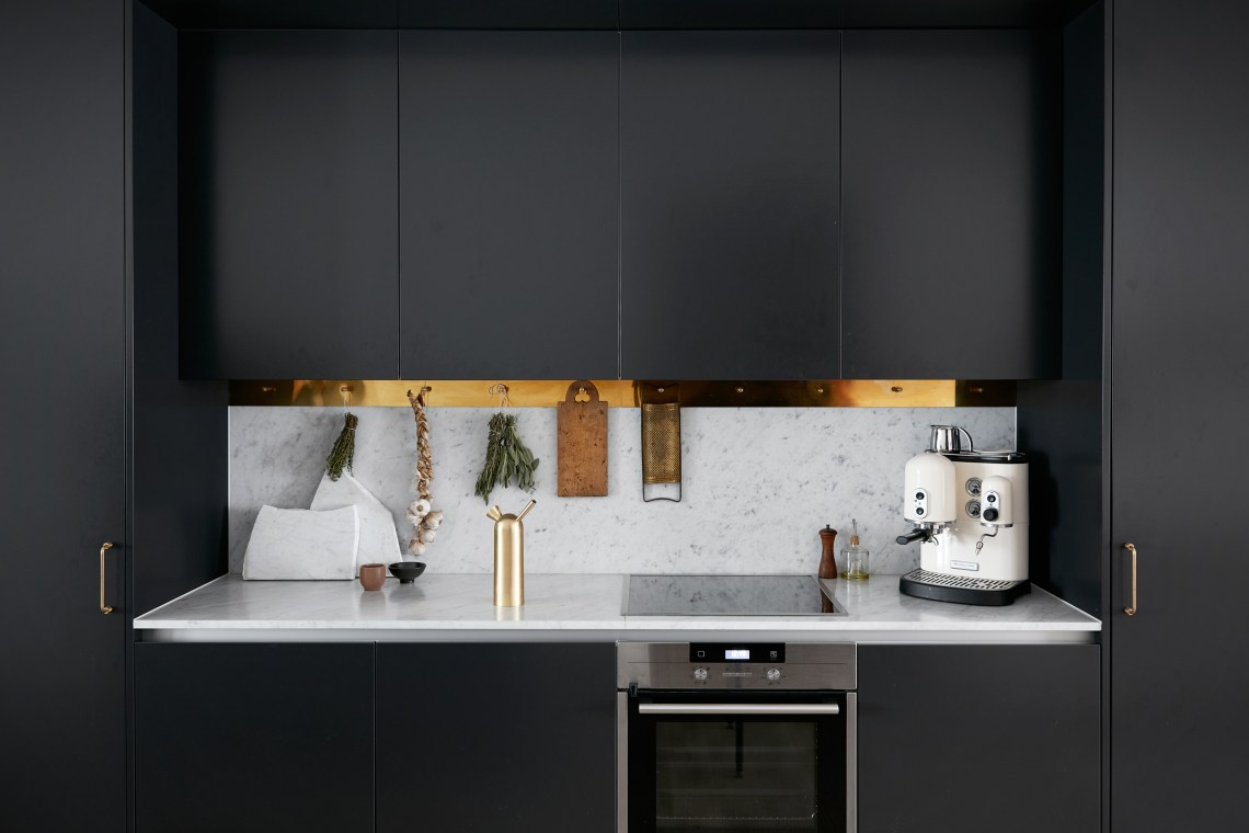 Kitchen in black, brass and marble - via cocolapinedesign.com