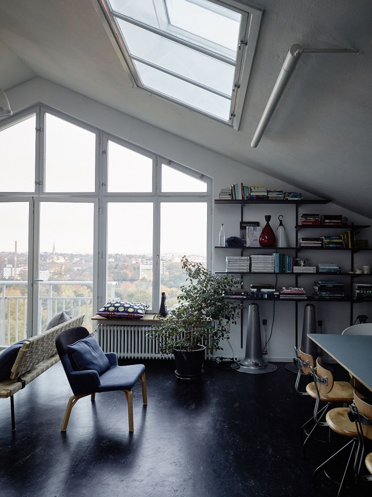 Attic home decorated with blue - via Coco Lapine Design blog