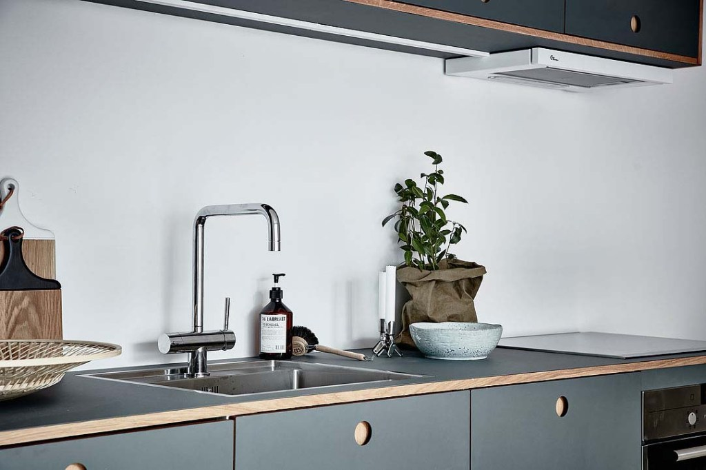 Compact kitchen in blue - via Coco Lapine Design