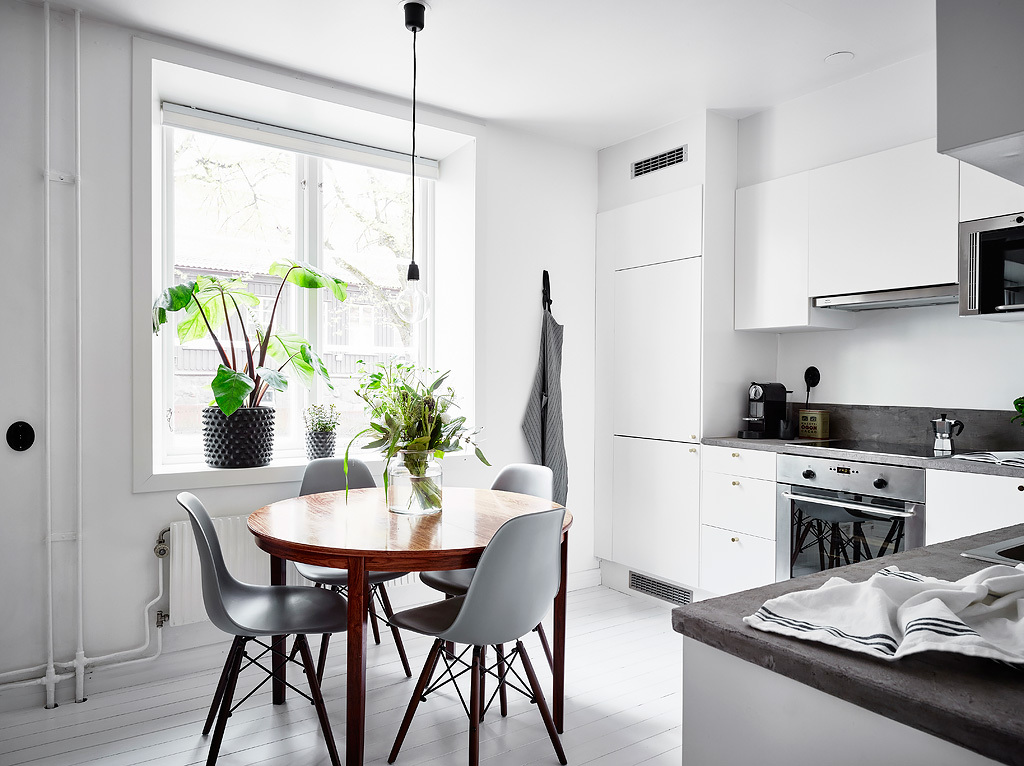 White kitchen with a round dining table COCO LAPINE