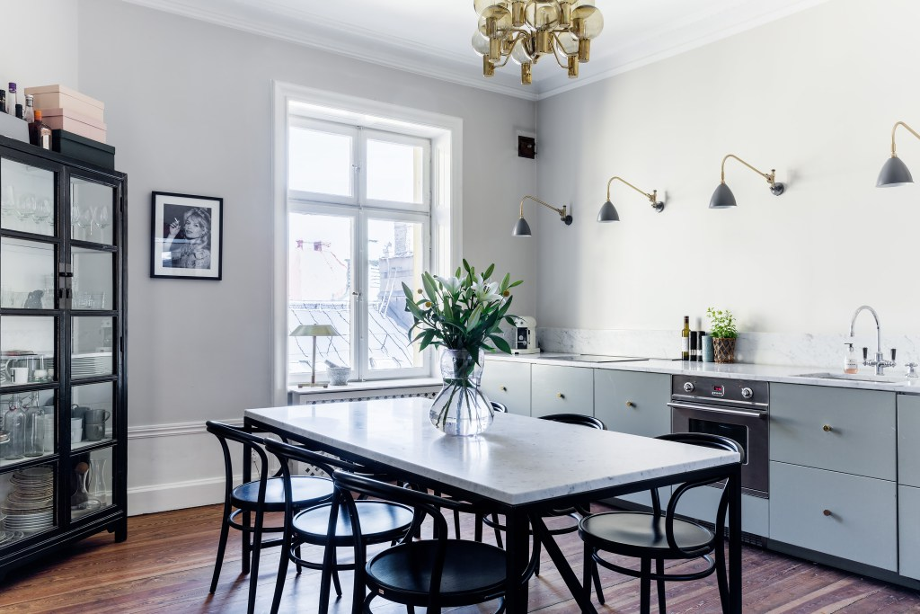 Stylish kitchen and dining space - via Coco Lapine Design