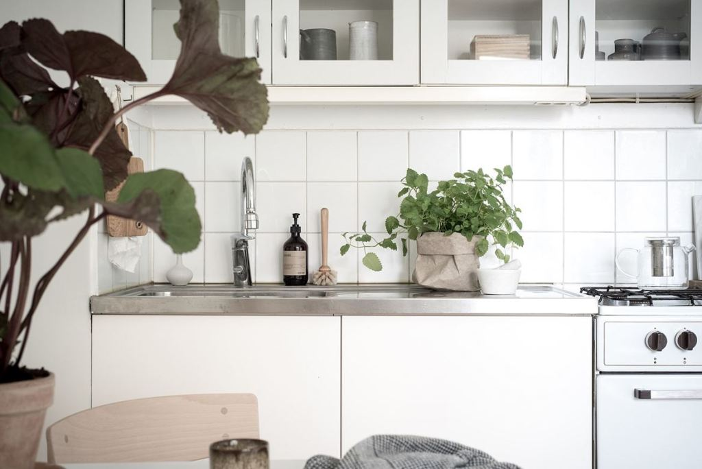 Simple home with a soft look - via Coco Lapine Design blog--1479109343-rszww1170-80