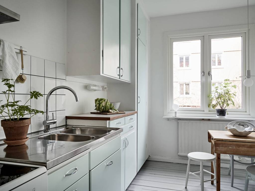 All white home with a vintage touch - via Coco Lapine Design blog
